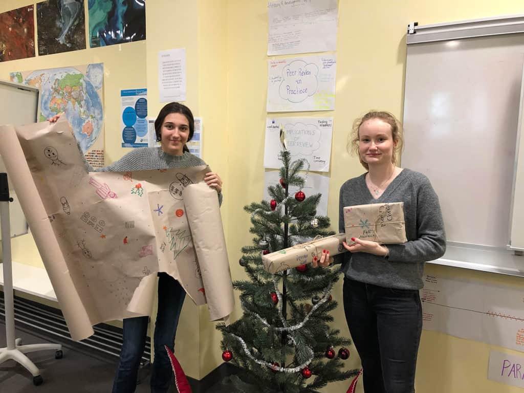通过为社区创造可持续的礼品包装,学生们帮助减少了浪费,并带来了一些节日的欢乐。