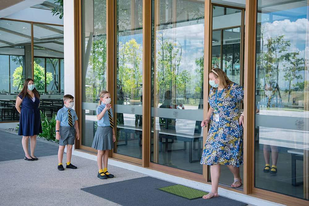 Los profesores y el personal ayudan a los alumnos a mantener una distancia social segura