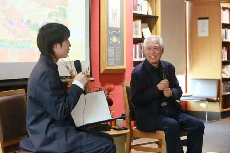 Students enjoying an opportunity to ask Historian Yan Chongnian questions