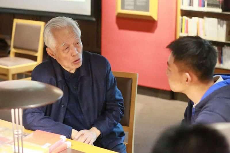 Historian Yan Chongnian speaks with students